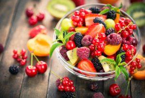 Obst liegt auf einem Holztisch und sieht sehr gesund aus