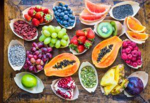 Aufgeschnittenes Obst liegt auf einem Tisch